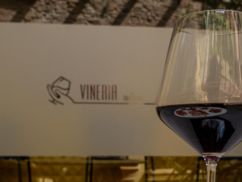 Vetrina Vineria - SurReale